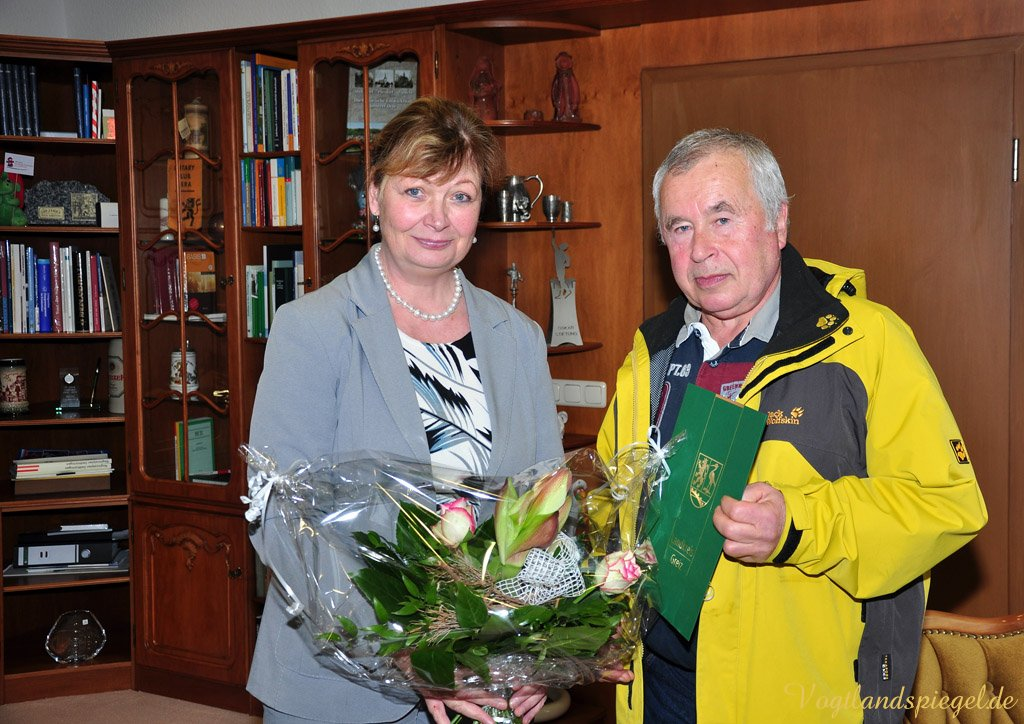 Landrätin Martina Schweinsburg ehrt Wanderwegewart für unermüdlichen Einsatz
