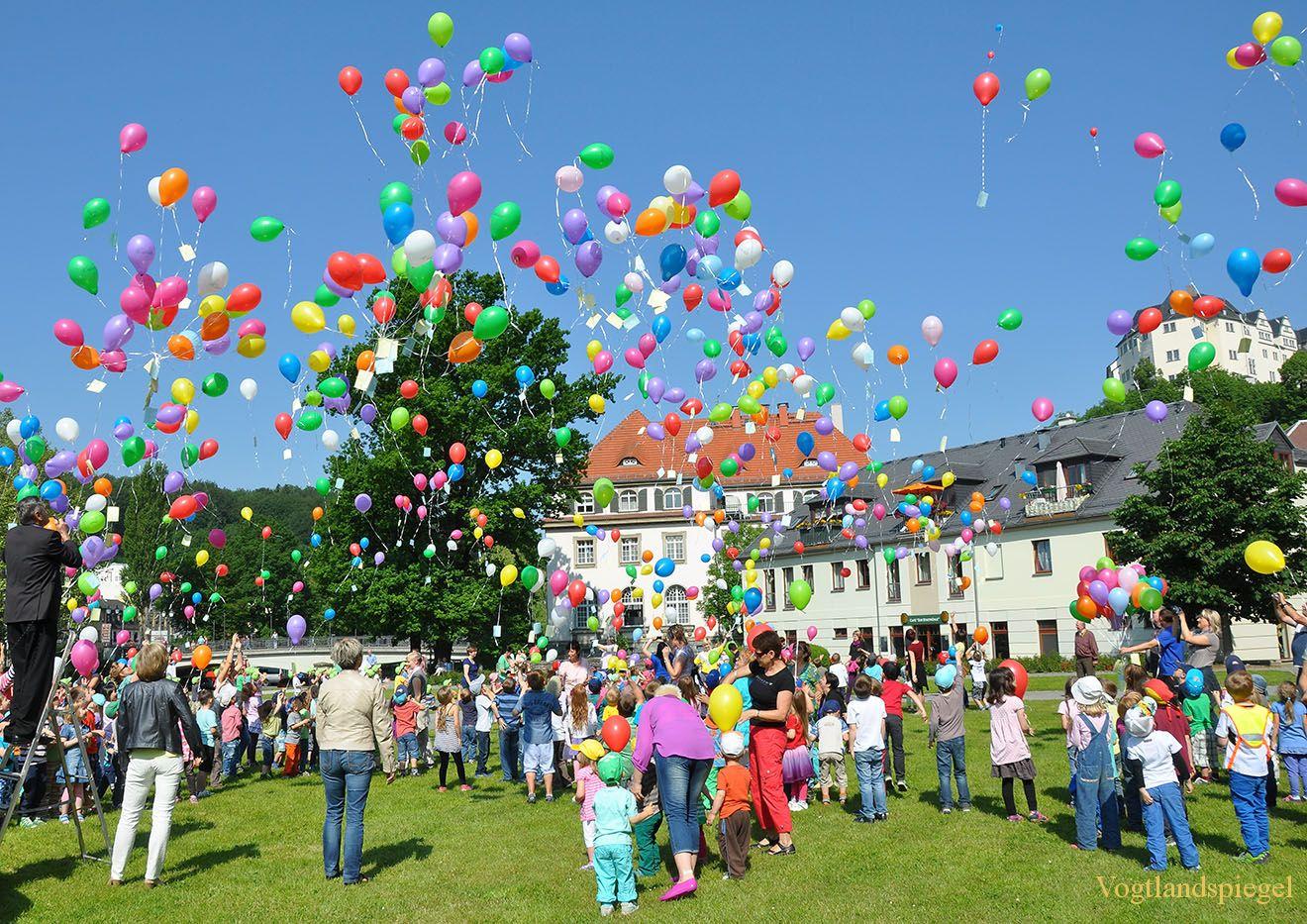 1000 Luftballons steigen in den Greizer Himmel