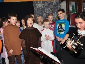 Pohlitzer Grundschüler begeistern zur Omi-Weihnachtsfeier